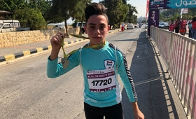 A participant shows off his medal © Beirut Marathon Association